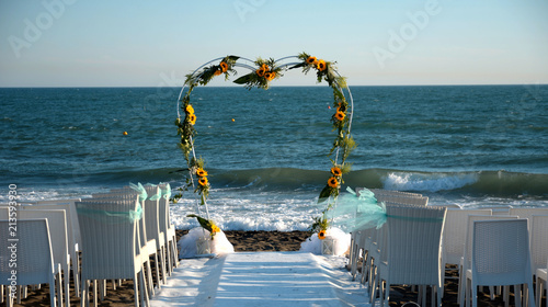 Matrimonio Spiaggia Decorazioni : Decorazione ad arco con fiori per matrimonio sulla spiaggia