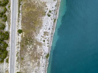 Vista aerea di una strada a strapiombo sul mare, strada che costeggia il mare. Tratto di costa.