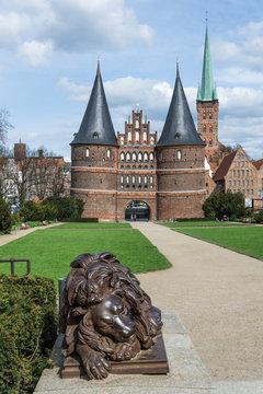 Lübeck - Holstentor mit Löwe