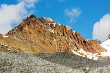contrasto di colori in alta montagna