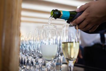 Llenando copas de champán