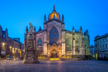 night view of St Giles Cathedral in edinburgh