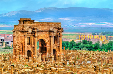 Fotorolgordijn Algerije Trajan Arch within the ruins of Timgad in Algeria.