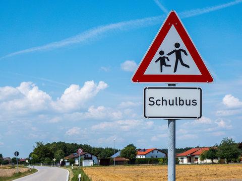 Warnschild Achtung Schulbus