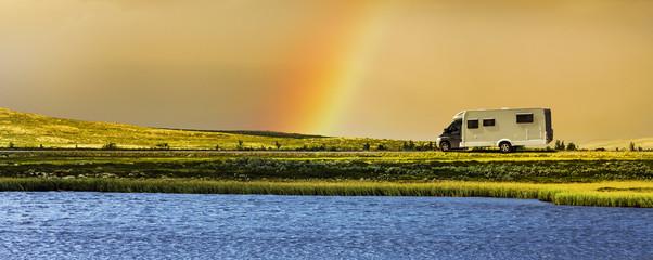 Wohnmbil mit Regenbogen