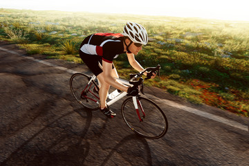Rennradfahrer bei Sonnenaufgang