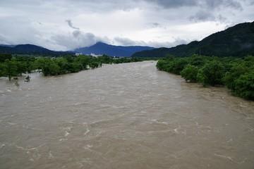濁流が流れる大きな川