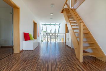 Flur mit Treppenaufgang, Aufenthaltsort im Haus