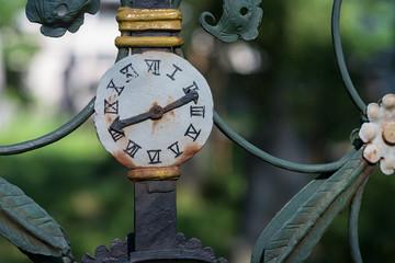 Grabkreuz - Ausschnitt mit Uhrensymbol