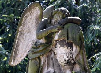 Kniende Engelsfigur mit Flügeln auf dem Friedhof an der Kirche zum Heiligen Kreuz in Zwickau