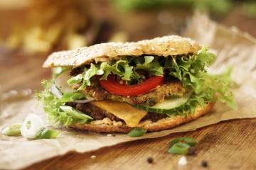 Veggie Burger mit Cheddar