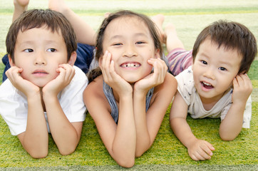 リビングで笑顔を見せる子供たち