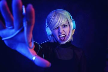 Mujer DJ joven en una discoteca