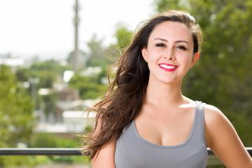 Mujer Joven en terraza al aire libre, después de un dia de trabajo en oficina