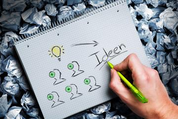 Hand skizziert Ideenprozess durch Teamwork