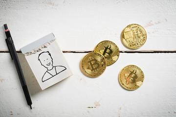 Manager-Symbol und Bitcoin Münzen auf Holzuntergrund