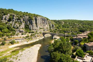 Panoramablick auf den Fluss Ardeche mit der alten Brücke bei Balazuc in Südfrankreich