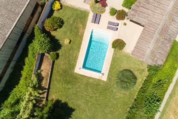 Luftbild eines Pools im Garten