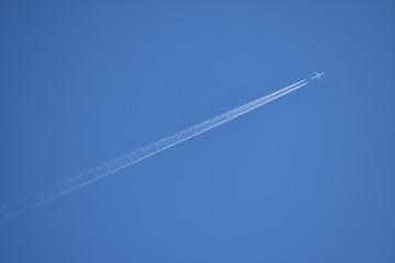 Kondensstreifen am blauen Himmel