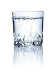 Freigestelltes Glas mit  kaltem Wasser