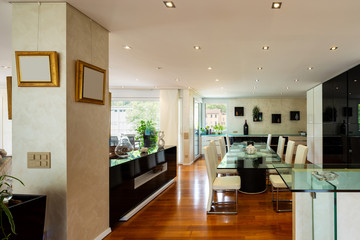 Dining room with leather chairs, glass table and parquet
