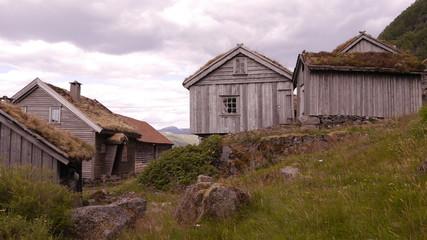 Fototapete - Alter Bauernhof aus dem 17. Jahrhundert, überhalb des Hylsfjorden, Norwegen