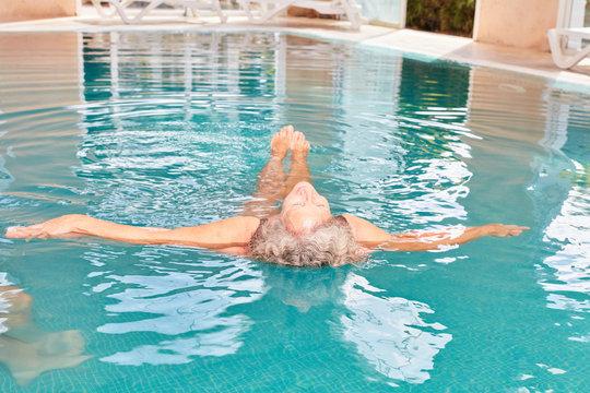 Frau macht Wasseryoga für Rücken Gesundheit