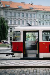 Tramway porte ouverte, place assise et libre , à Prague, Tchécoslovaquie