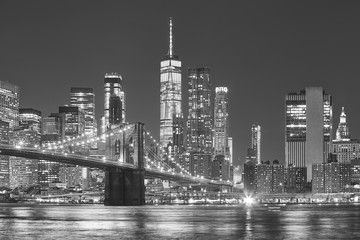 Ingelijste posters Amerikaanse Plekken Brooklyn Bridge and Manhattan skyline at night, New York City, USA.