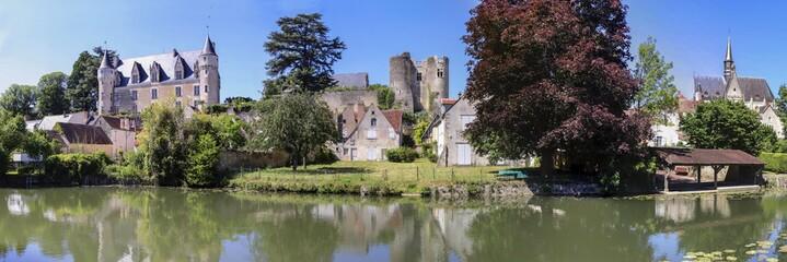 Montrésor. Le château et la collégiale Saint-Jean-Baptiste vus des rives de l'Indrois. Indre-et-Loire. Pays de Loire