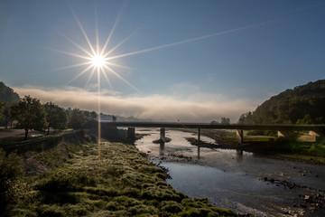 Sonnenaufgang an einer Brücke über die Eder in Herzhausen