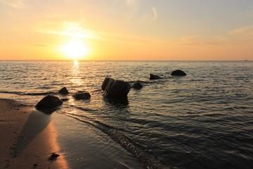 romantischer Sonnenuntergang an der Ostsee, Konzept Abschied Trauer Karte