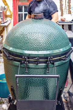 Kamado-style green barbecue cooker