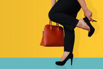 business donna elegante con tacchi e borsa