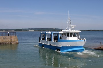 bateau promenade amphibie reliant Saint Vaast la Hougue à l'île de Tatihou dans le Cotentin,Normandie,Manche Wall mural
