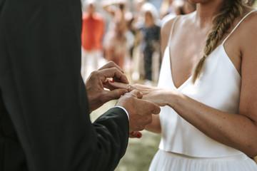 Brautpaar tauscht Ringe auf Hochzeit