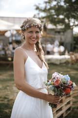 Braut bei boho Outdoor Hochzeit