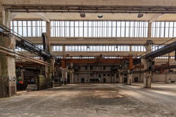 Glasfront in alter Industriehalle