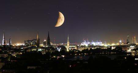 Hamburger City bei nacht mit Mond
