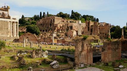 Blick über das Forum Romanum zum Hügel Palatin mit den Grundmauern des Kaiserpalastes