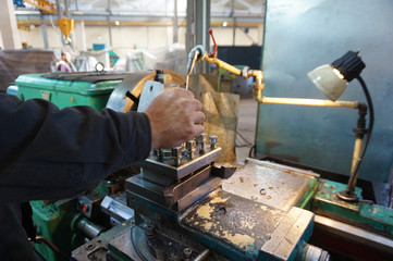 The turner controls the work process when the product is machined on a lathe.