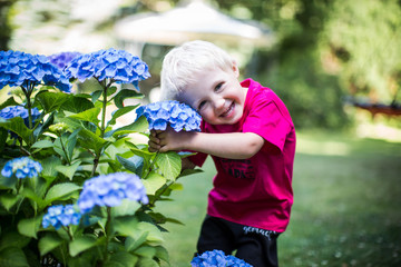 Kind liebt Blumen