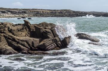 Océan Atlantique, côte rocheuse de la France, Finistère. Roches et vagues fond d'écran