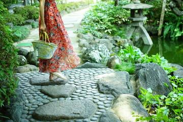 鎌倉のお庭と女性