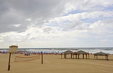 Beachvolleyballnetz am Strand von Tel Aviv, Israel