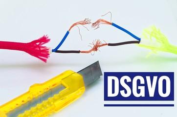 Bunte Kabel die getrennt und notdürftig geflickt wurden und einem Cuttermesser mit Aufschrift in deutsch dsgvo in Englisch gdpr data protection regulation