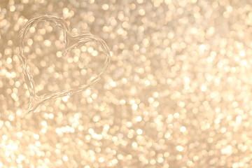 красивое сердце из капелек воды  на блестящем фоне