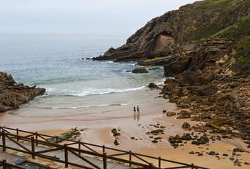 Playa de Santa Justa, Ubiarco, Cantabria; Kantabrien; Nordküste; Grüne Küste; Costa Verde; Spanien; Atlantik; atlantischer Ozean; Meer. Rechts unter dem Felsen die Einsiedelei Santa Justa