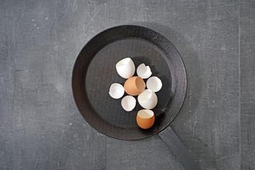 Eisenpfanne mit Eierschalen