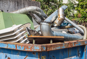 Container mit Altmetallschrott